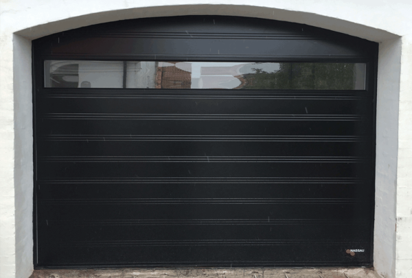Zwarte garagedeur met raam
