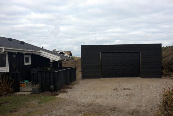 Zwarte garagedeur